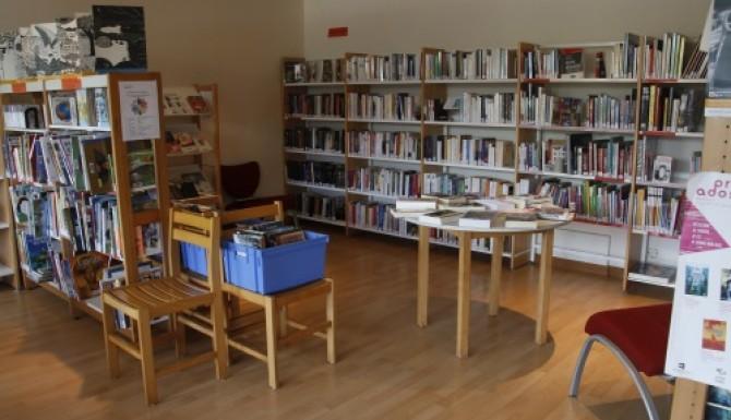 espace de collections composé de rayonnages et de tables de présentations