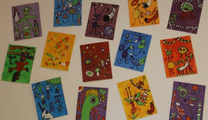 mur de dessins représentant des monstres et des extraterrestres