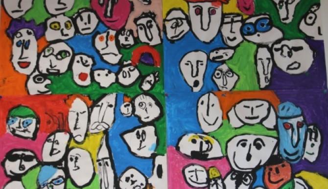 mur de dessins représentant des visages