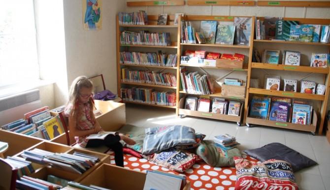 espaces des petits avec des tapis rouges confortables