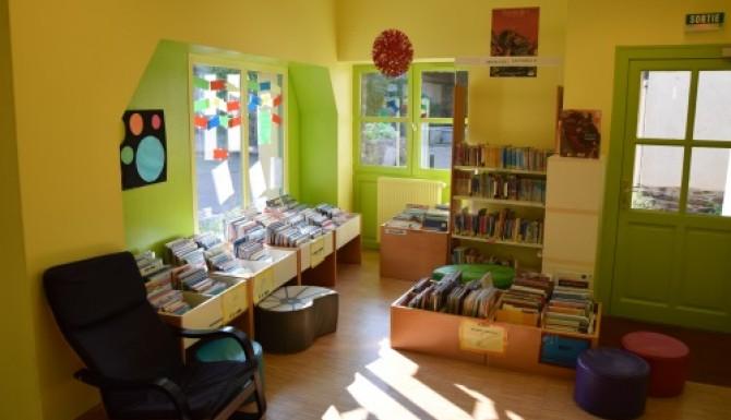 espace enfants, murs très colorés jaunes et verts