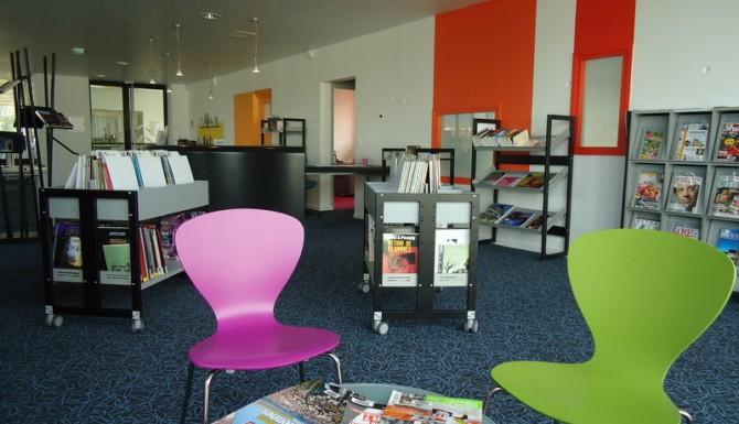 Brécé - espace presse. Des fauteuils roses et vert pomme, des tables basses