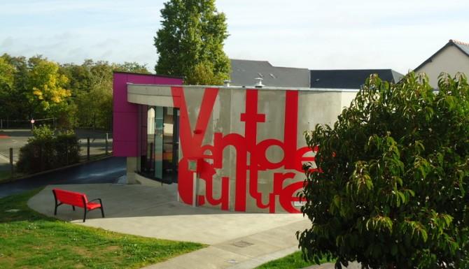 Brécé - façade extérieure de la bibliothèque, dans un parc verdoyant, avec beaucoup de couleurs vives sur le bâtiment