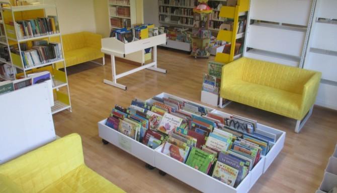 les espaces de la bibliothèque. Canapés jaunes et mobiliers blancs