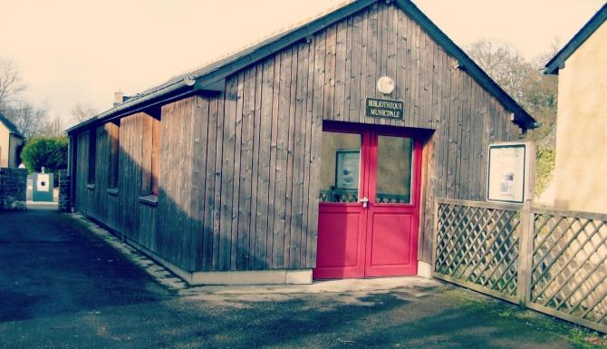 Extérieur de la bibliothèque, bardée de bois, porte rouge