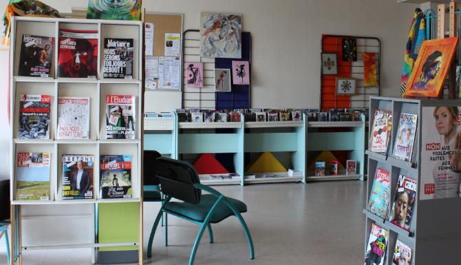 coin des revues et bandes dessinées. étagères et fauteuils bleus ciel