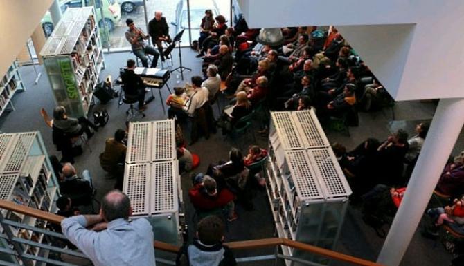 vue du dessus d'une animation de musique, un concert en présence de nombreux usagers