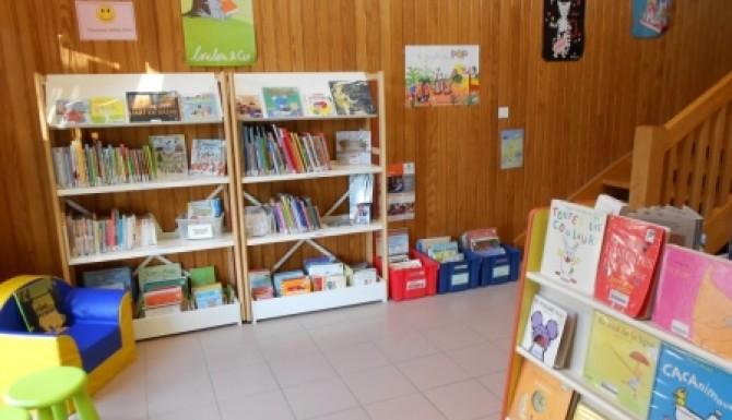 rayonnages pour les enfants, présentoirs d'albums