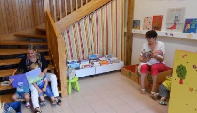 vue de la salle enfants avec des escaliers en bois, et du mobilier décoré