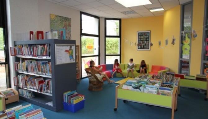espace de lecture pour la jeunesse, couleur verte pomme majoritaire