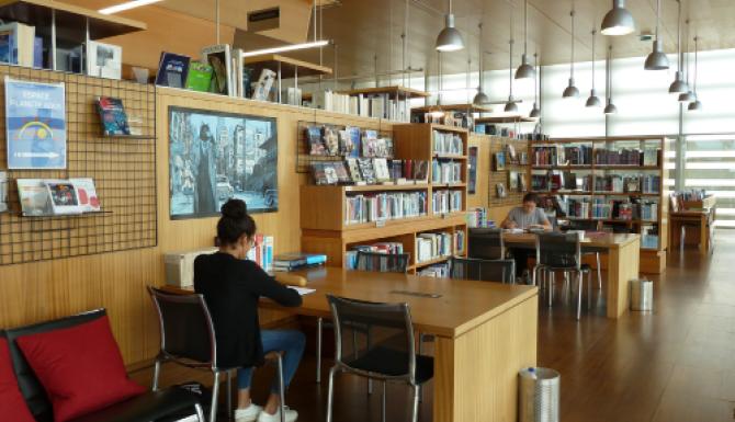 espaces de travail, des tables prévues à cet effet sont disposées le long d'une paroi