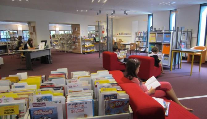 espaces de la bibliothèque. Mobilier blanc, tapis et assises rouges