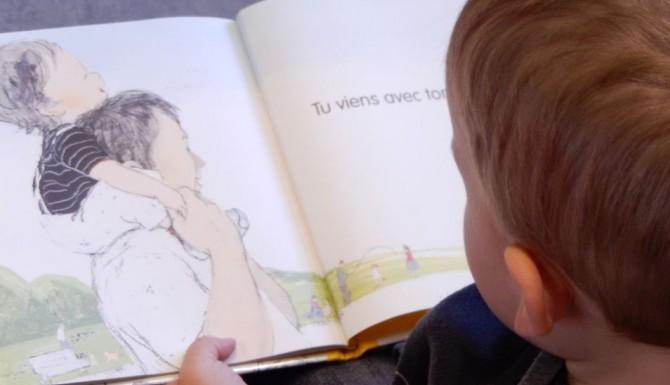 Mordelles - une animation lecture. Un enfant tient un album