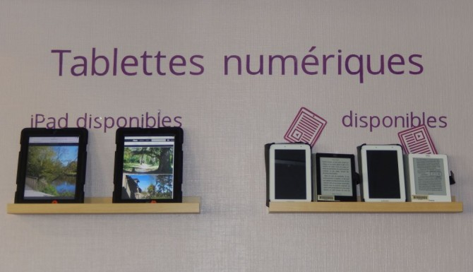 Mordelles- des tablettes nuémriques accrochées au mur et à disposition
