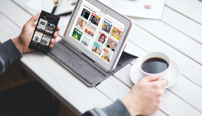 Montage photo d'une personne utilisant Press Reader sur mobile et ordinateur