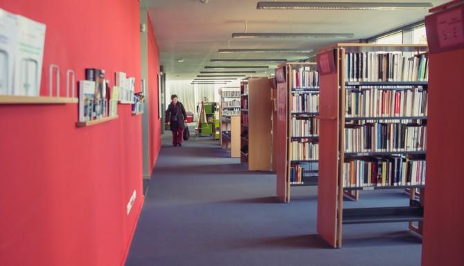 vue des espaces depuis un plan bas, mur rouge