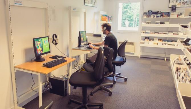 coin multimédias, on y vois des personnes utilisant des ordinateurs