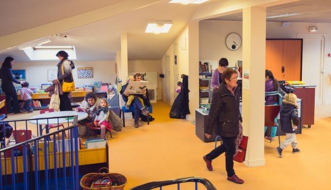 La Bellangerais - Vue de la bibliothèque. On y aperçois un automate de prêt. Les murs sont bleus