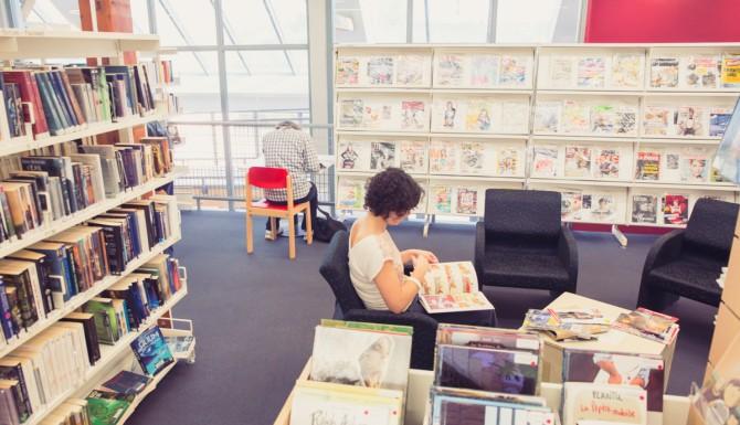 espace de lecture,fauteuils, presse et collections