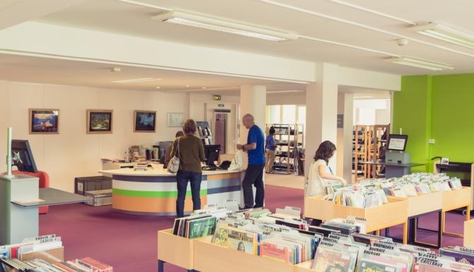 Maurepas - vue générale des espaces très lumineux de la bibliothèque