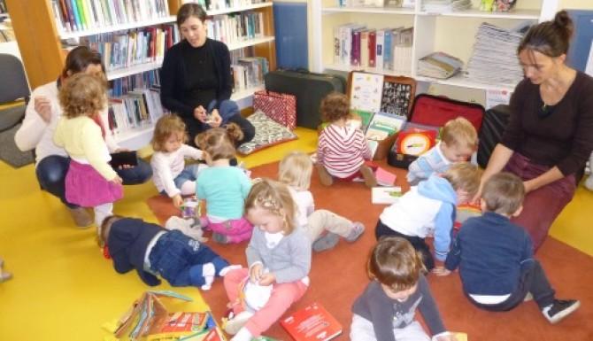 enfants sur des tapis avec quelques adultes