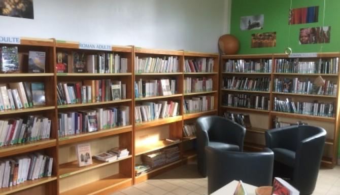 espace adultes avec des rayonnages en bois le long des murs