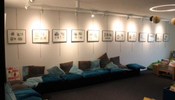 mur dédié aux expositions