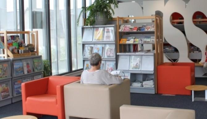 espace de lecture avec des fauteuils cosy beiges et oranges