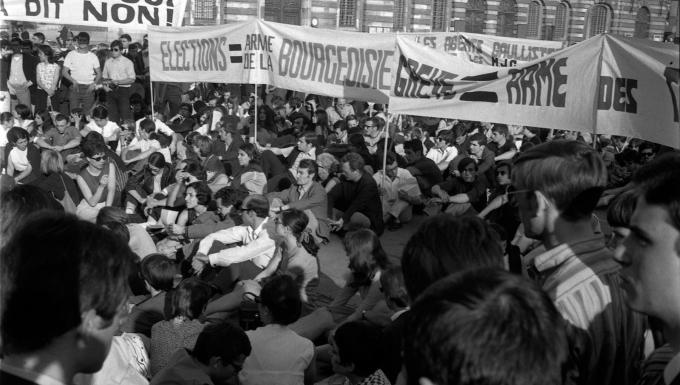 Place du Capitole. 11 ou 12 juin 1968. Vue d'ensemble en contre-plongée des manifestants, une partie d'entre-eux sont assis par terre. Cliché pris durant les évènements de Mai 68 à Toulouse.