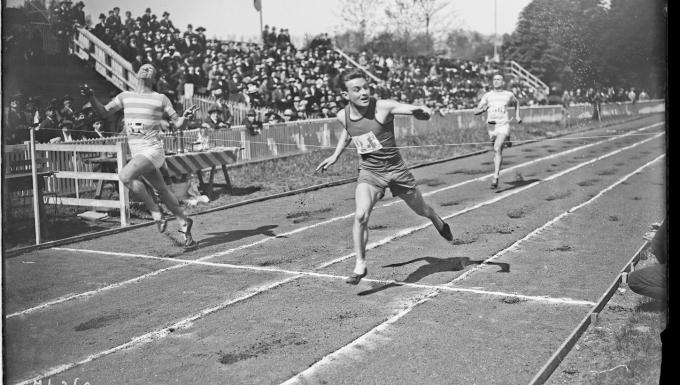 meeting du printemps [athlétisme] à Colombes, arrivée du 300 m plat, Jamois gagnant [devant Féry]