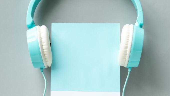 Un casque audio posé sur un livre.