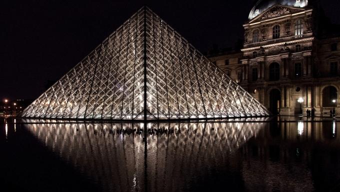 Photographie de la Pyramide du Louvre la nuit