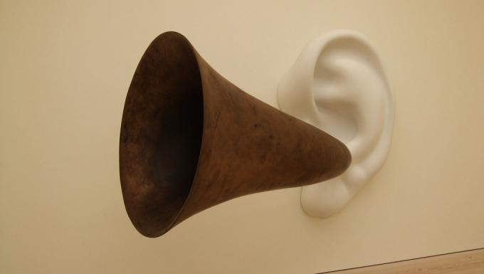 Une sculpture repérsentant une oreille sortant d'un mur.