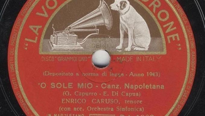 Gros plan sur l'étiquette centrale (de couleur rouge) d'un disque vinyle.