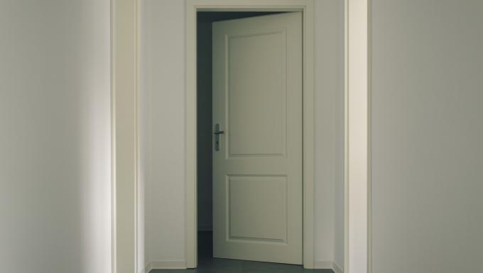 Une porte entrouverte.