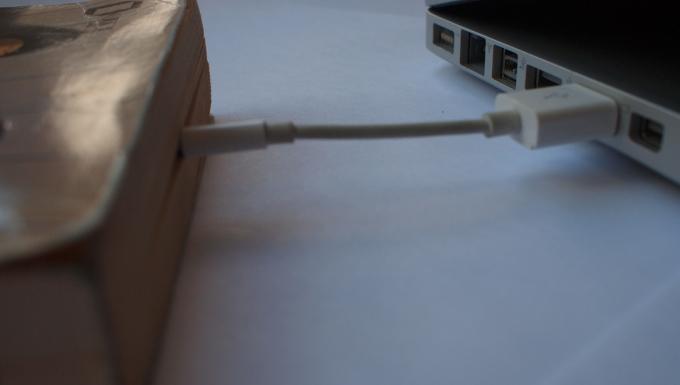 Livre relié à un ordinateur via un câble usb