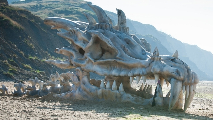 Reproduction d'un crâne de dragon inspiré de Game of Thrones, présent sur la plage de Charmouth