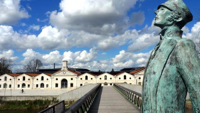 Statue du personnage de BD Corto Maltesse avec en arrière-plan le musée de la BD d'Angoulême.