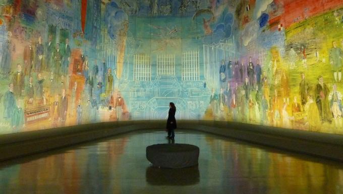 Photo d'un epersonne visitant une galerie.