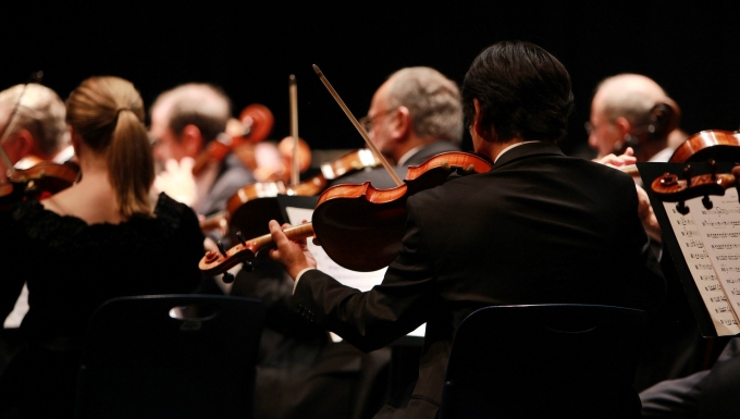 Un orchestre symphonique en concert
