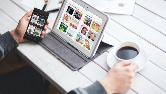 Montage d'une personne utilisant Press Reader avec un smartphone et un ordinateur