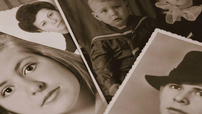 série de photographies (portraits) superposées. Un filtre sépia colore la photo pour la rendre vintage