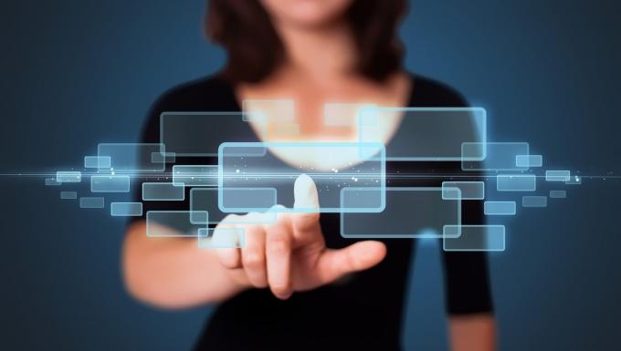 Femme qui survole un écran virtuel
