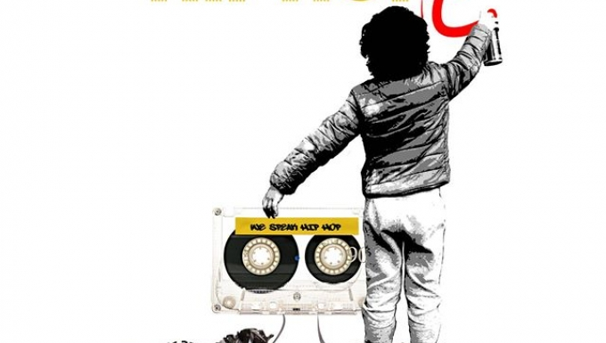 Garçon de dos qui écrit Wespeakhihop en tenant une cassette audio à la main sur une mappemonde