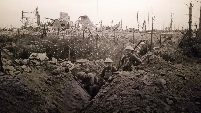 Photo en noir et blanc d'une tranchée pendant la Guerre 14-18.