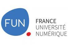 Logo France Université Numérique : Lettres noires et blanches avec forme bleue et rouge sur fond blanc