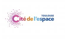 Logo de la Cité de l'espace de Toulouse : Lettres stylisées de différentes couleurs sur fond blanc.