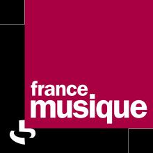 Logo France Musique : lettres stylisées blanches sur deux carrés superposés de couleur noir et pourpre.