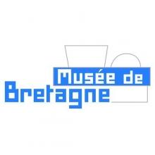 Lettres stylisées blanches et bleues intégrées à la silhouette du bâtiment des Champs Libres.