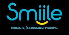 """Lettres stylisées bleues sur fond blanc. Les deux lettres """"i"""" du logo sont soulignées par une virgule jaune, formant un visage souriant."""